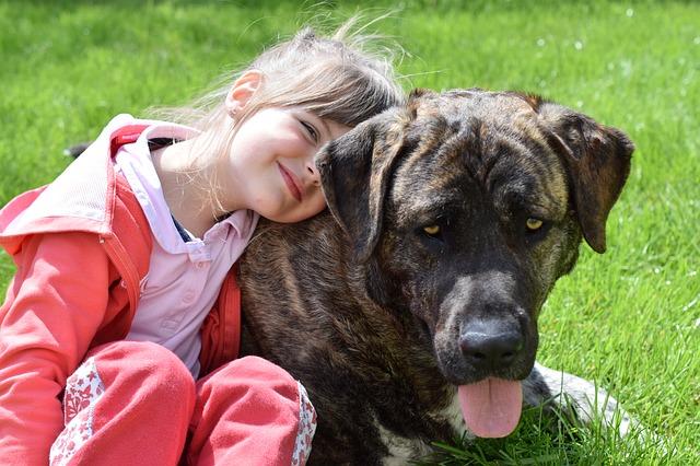 une jeune fille avec un chien