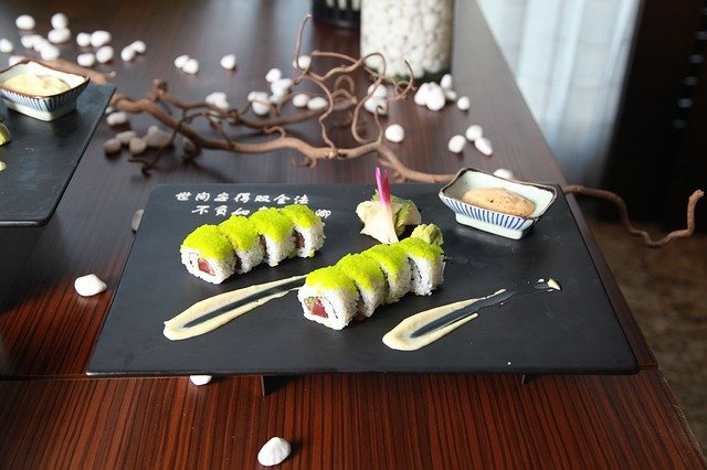 du wasabi sur un sushi